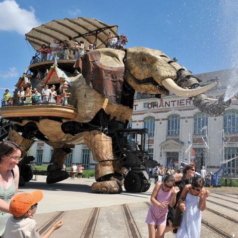 L'éléphant des machines de l'Ile qui arrose des gens à Nantes